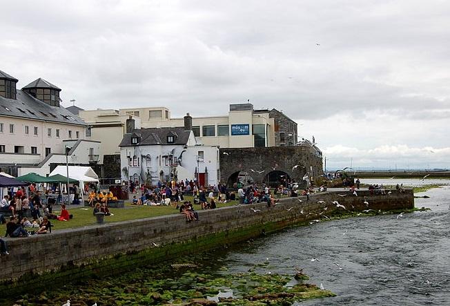 Irish Pubs, Tourist attraction Spanish Arch, Galway Ireland